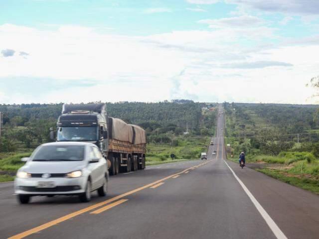 Trecho da BR-163 na região de Campo Grande, onde há sucessão de terceiras faixas; duplicação chegou a 18% da via em cinco anos. (Foto: Paulo Francis)