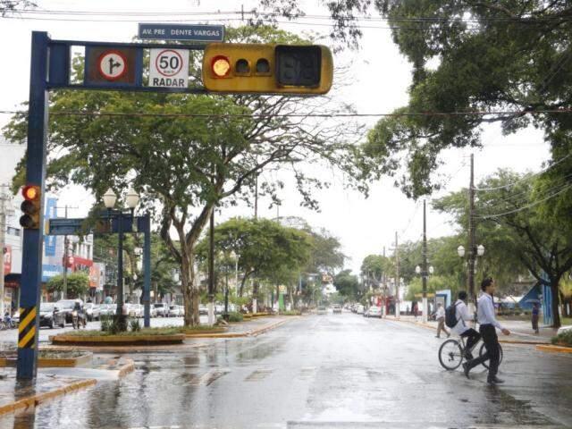 Radares foram desligados, mas placas em semáforos foram mantidas (Foto: Helio de Freitas)