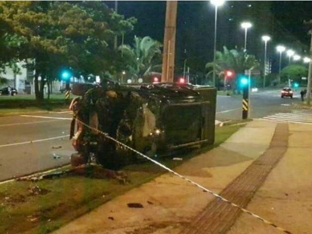 Caminhonete que estudante dirigia capotou e parou tombada (Foto: Direto das Ruas)
