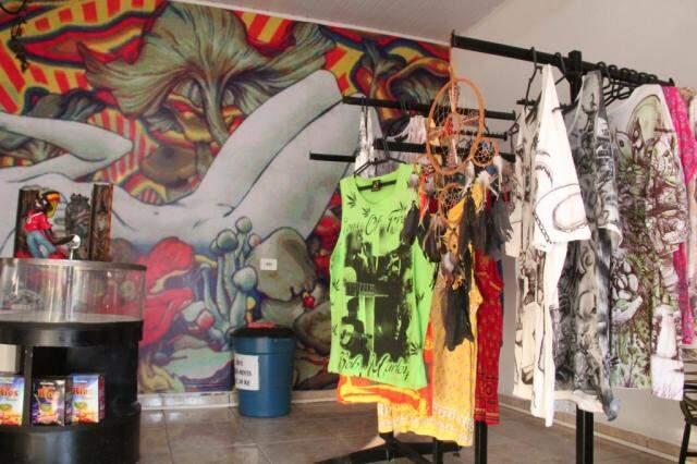 Camisetas seguem o mesmo estilo, no clima do reggae.