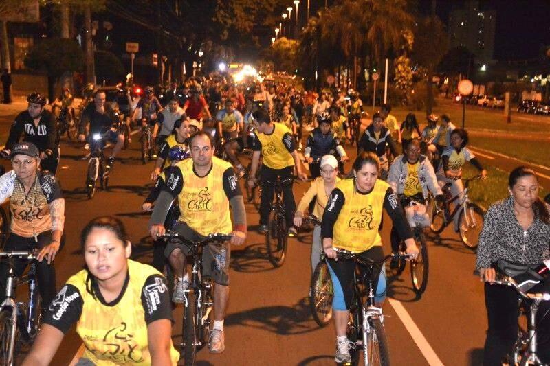Cerca de 300 pessoas pedalaram pela Afonso Pena em ação de conscientização (Foto: Marcos Ermínio)