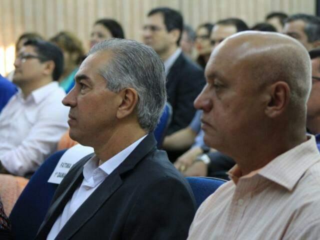 Governador Reinaldo (à esquerda), com o secretário Carlos Alberto Assis, durante agenda na governadoria. (Foto: Marina Pacheco)