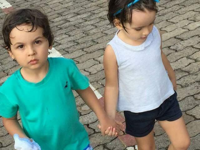 Enzo e Stella, saindo de mãos dadas da natação. (Foto: Arquivo Pessoal)