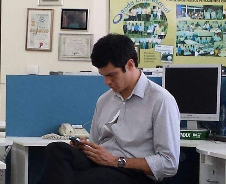 Mateus Solano durante gravações em escritório de contabilidade de Dourados, no sábado (Foto: Divulgação)