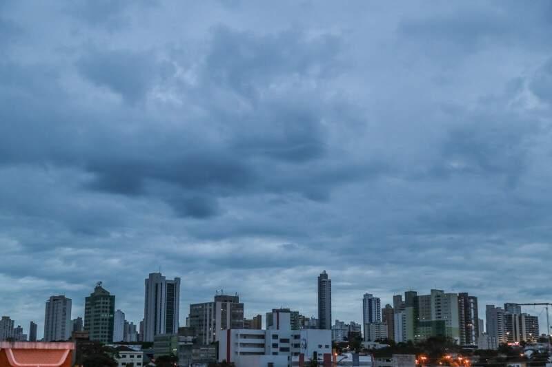 Em Campo Grande, o dia amanheceu nublado com mínima de 24ºC. Deve chover durante a tarde. (Foto: Fernando Antunes)