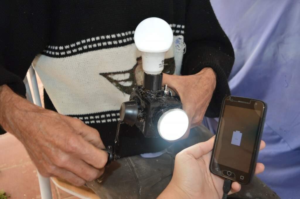 Motor de ventilador virou carregador de celular e lanterna com manivela. (Foto: Thailla Torres)