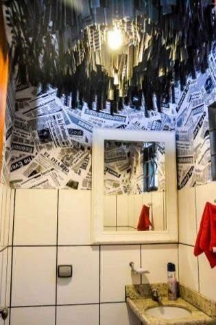 Luminária do banheiro foi feita com negativos de filme. (Foto: Vanessa Tamires)