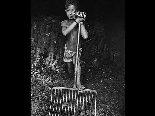 Genivaldo segurando garfo de forcado durante o trabalho na fazenda em Ribas do Rio Pardo (Foto: João Roberto Ripper)