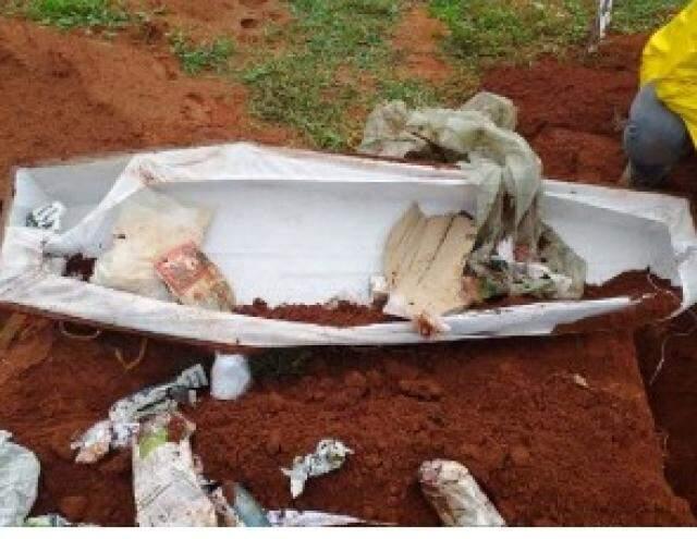 Caixão foi encontrado vazio no cemitério (Foto: Buriti News)