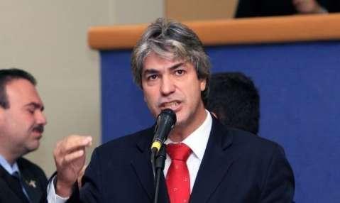 Sozinho, vereador petista sobe à tribuna para defender Dilma