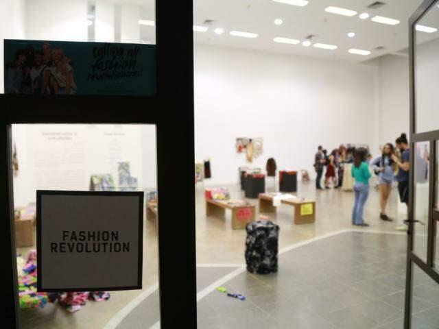 Fashion Revolution foi realizada no Marco, pela artista Gabi Dias. (Foto: Marcos Ermínio)