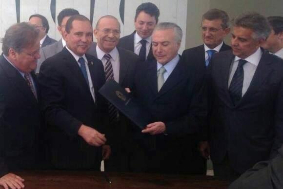 Agora presidente em exercício, Michel Temer recebe junto a apoiadores a notificação do Senado.(Foto: Felipe Pontes - Agência Brasil)