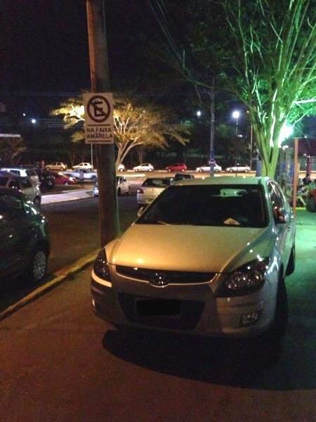 Placa indicando a proibição não impede motoristas de pararem no local. (Foto: Repórter News)