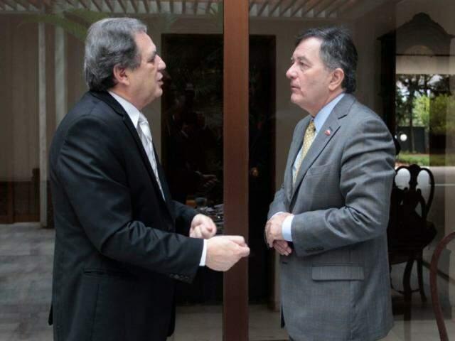 À esquerda, senador Waldemir Moka com o ministro do Chile, Roberto Ampuero. (Foto: Divulgação).