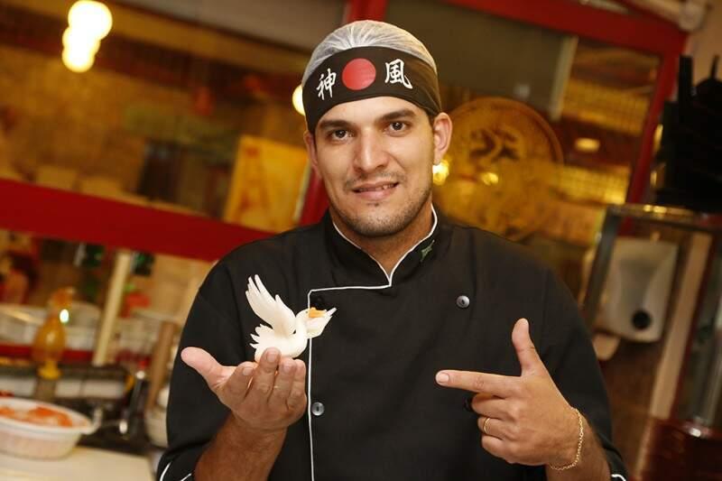 Alex entrou no restaurante Hong Kong como garçom e depois se tornou sushiman e procurou um diferencial (Foto: Gerson Walber)