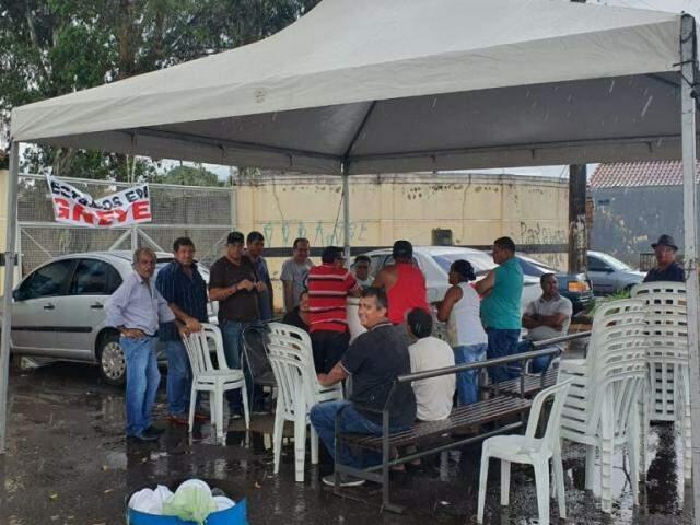 Tenda foi montada por funcionários em frente a garagem na Avenida Gunter Hans (Foto: Clayton Neves)