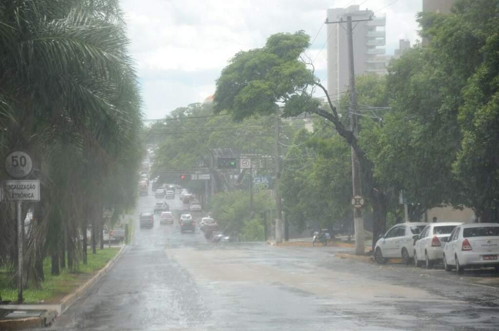 Chuva na avenida Mato Grosso na tarde de ontem (17) (Foto: Paulo Francis)