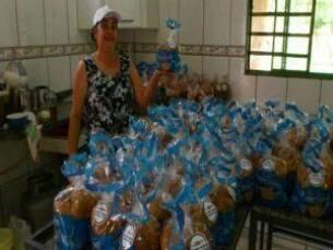 Dona Maureli e sua produção de panetones (Foto: Divulgação)