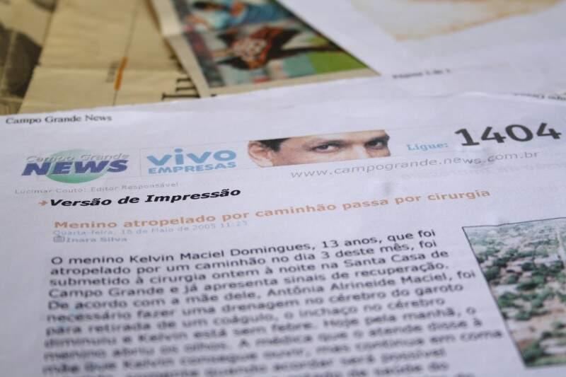 Dona Neide têm até hoje as matérias do Campo Grande News sobre o acidente guardadas. Impressas em sulfite, palavras que davam notícia ao público e era relento da mãe, que viu na imprensa, amigos. (Fotos: Marcos Ermínio)