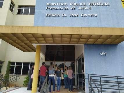 Servidores vão ao Ministério Público contra escalonamento de salários