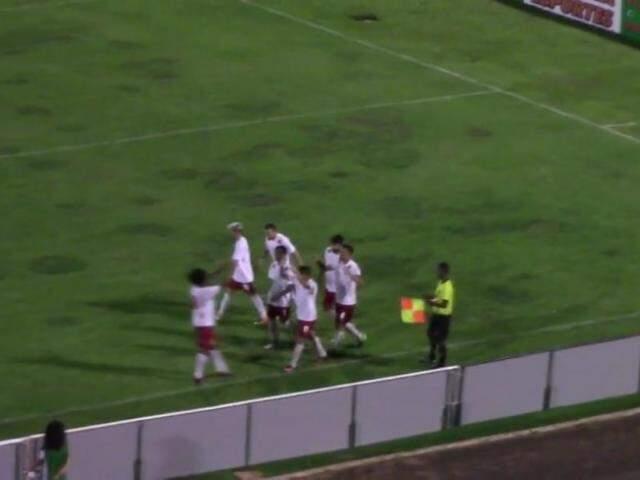 Jogadores do Comercial celebram gol no Morenão (Foto: TV FFMS/Reprodução)