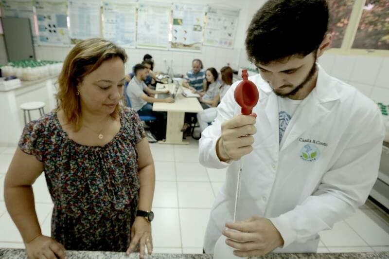 Professora Cláudia Bacchi orienta aluno em análise de amostras coletadas em diferentes pontos da Bacia do Guariroba