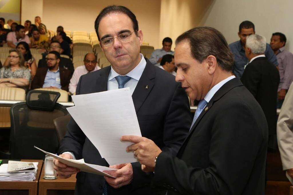 Deputados Felipe Orro e Coronel David, autor da projeto, durante sessão (Foto: Victor Chileno/ALMS)