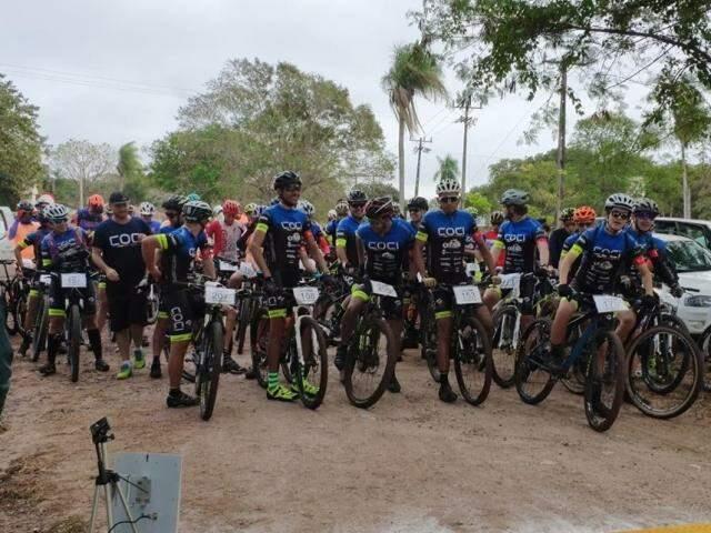 Competidores aguardam largada para prova de trilha (Foto: Prefeitura de Corumbá/Divulgação)