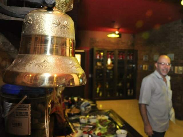 O toque do sino avisa os clientes que faltam 20 minutos para o bar fechar as portas. (Fotos: João Garrigó)