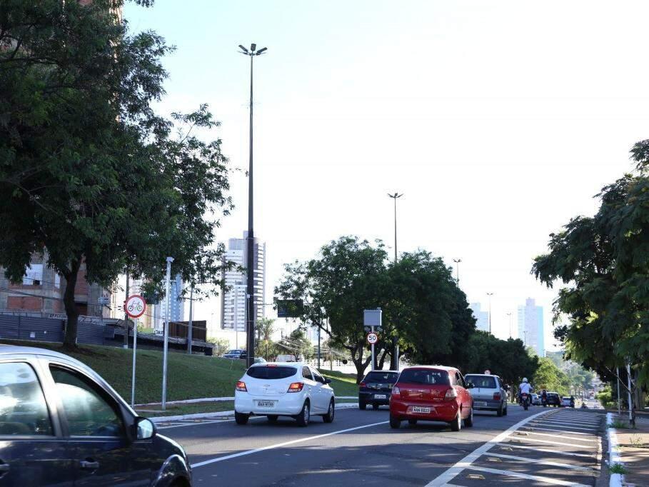 Veículos na Avenida Afonso Pena sentido Parque dos Poderes, em Campo Grande. (Foto: Kísie Ainoã/Arquivo).