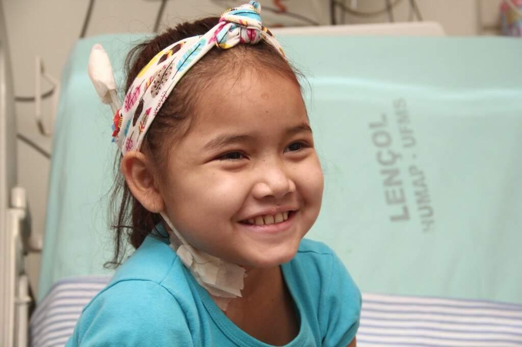 A pouca idade não permite que a menina compreenda o que é a doença, mas por outro lado, a ingenuidade colore a vida dentro do hospital. (Foto: Marcos Ermínio)