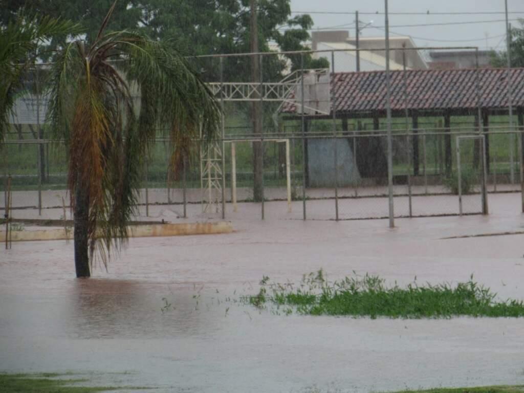 Quadra de esportes de Nova Alvorada do Sul tomada pela água (Foto: Rodrigo Rodrigues)