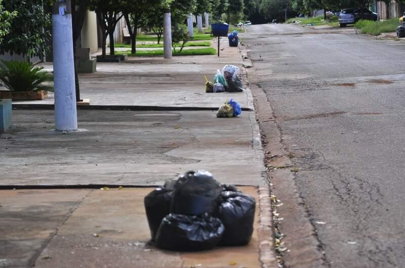 Lixo acumulado em frente a residências em Dourados; coleta foi retomada ontem à noite no centro e alguns bairros (Foto: Eliel Oliveira)