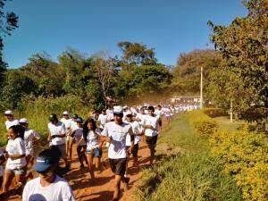 A corrida envolveu mais de 400 participantes, que ganharam brindes. (Foto: Dionedison Terena)