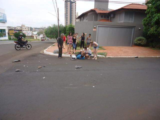 Motociclista é ajudado por moradores. (Foto: Débora Priscilla)