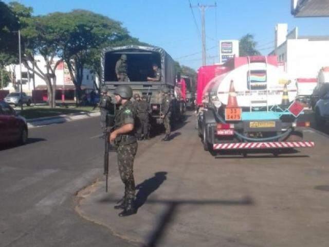 Escolta de militares em Taquarussu, nesta terça-feira (29). (Foto: Direto das Ruas)
