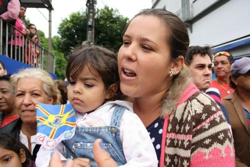 Professora levou as duas filhas e diz que calor atrapalha evento (Foto: Marcos Ermínio)