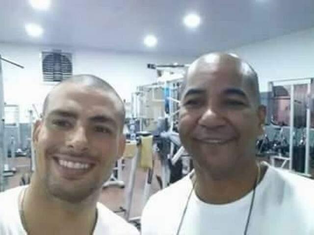 Cauã exibindo o visual novo ao lado do dono da academia Jair da Silva Júnior (Foto: arquivo pessoal/ Jair Júnior)