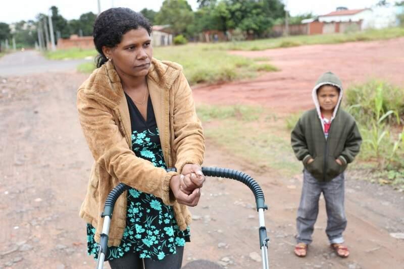 Mariuza precisou agasalhar os filhos cada um com duas peças (Foto: Marcelo Victor)
