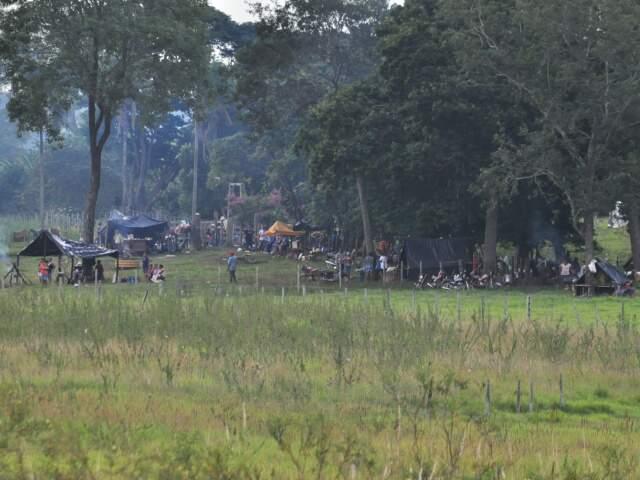 Índios terena esperam reunião em Brasília, continuam invasão e avançam para divisa com outra propriedade. (Foto: João Garrigó)