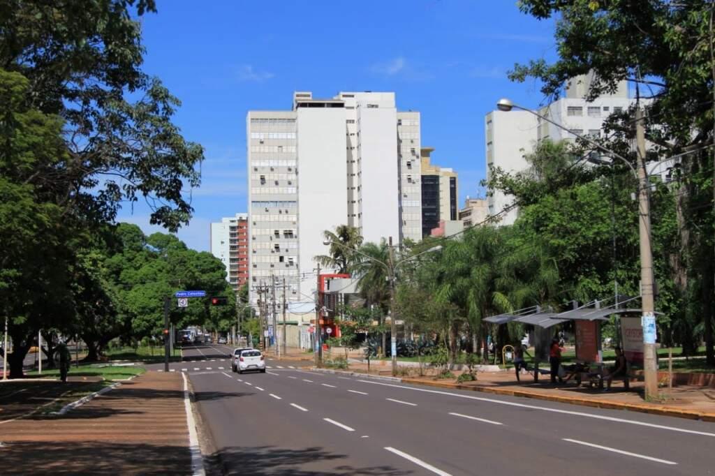 Hoje, a transformação da cidade é evidente com a presença de outros edifícios e movimento na principal avenida. (Foto: Marina Pacheco)