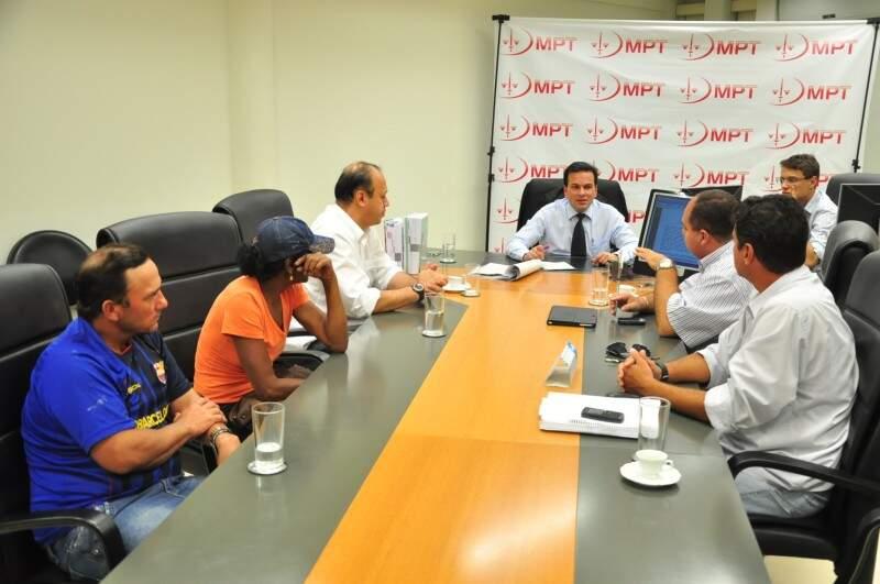 Reunião aconteceu nesta tarde, no MPT, reuniundo representantes dos catadores e Solurb (Foto: João Garrigó)
