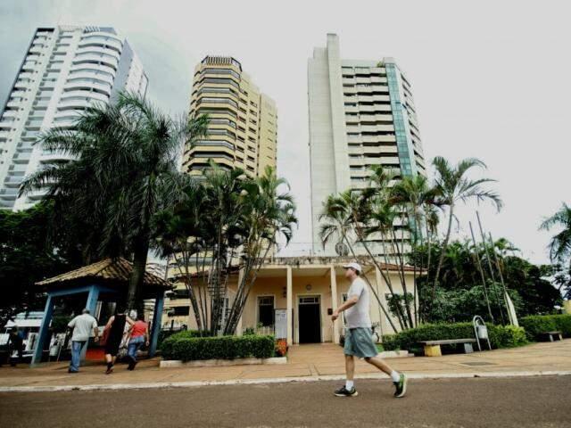 Homem caminha na Praça Esportiva Belmar Fidalgo, que passou por reforma. (Foto: Saul Schramm/Arquivo).
