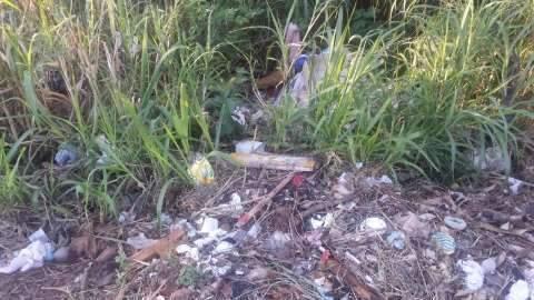 """Morador reclama de """"lixão"""" no bairro Recanto dos Pássaros"""