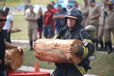 """Em torneio """"Força Bruta"""", bombeiros têm de cortar tora em tempo recorde"""