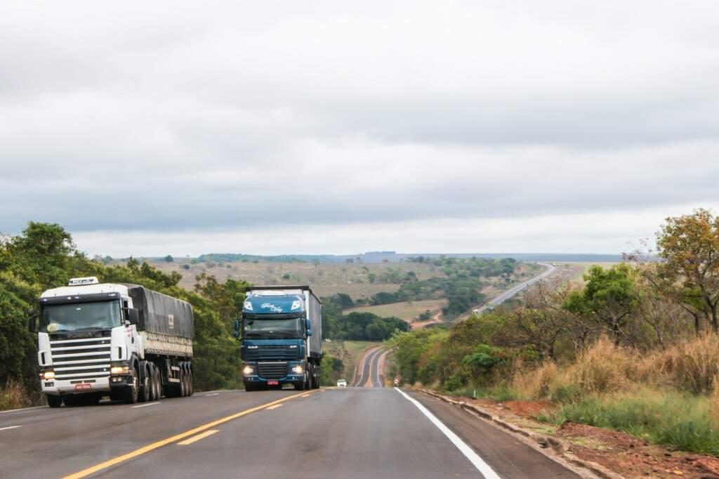 Trânsito de caminhões na BR-163, que será regulado durante o Carnaval.