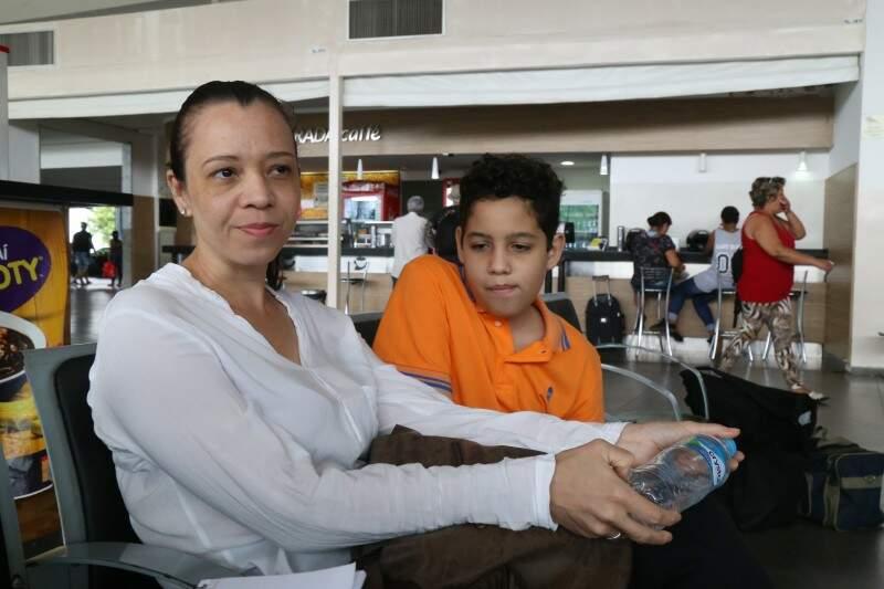 Luciana e o filho aguardavam o ônibus com destino a Dorados. (Foto: Fernando Antunes)