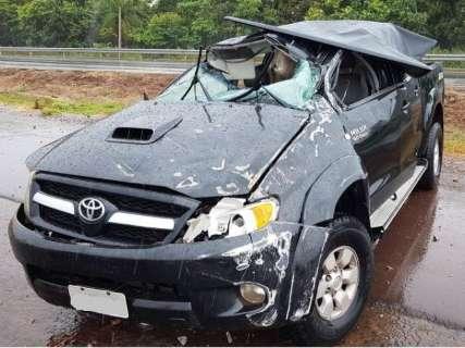 Capotagem destrói veículo e deixa pai e filho feridos na BR-163