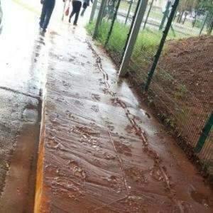 Na rua de casa ou até na rodoviária, lama vira problema após a chuva