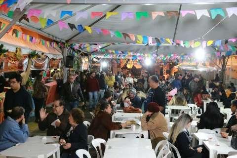 Frio não espanta fiéis que abrem o 1º dia de quermesse tradicional da cidade